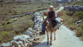 kouzelný dědeček na oslíkovi nám ukázal cestu na pláž Meghali Vlychada