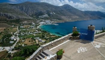 severní přístav ve vesnici Eghiali, krásná písečná zátoka, plážičky