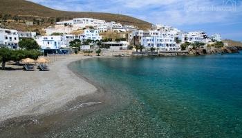 městská pláž u přístavu Pera Gialos