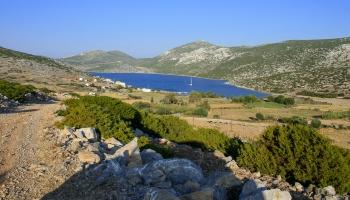 panoramatický pohled na zátoku Vathy a vesničku na konci světa