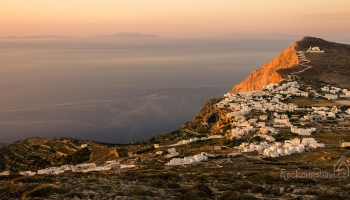 výhled na vesnici Chora umocňuje zapadající sluníčko
