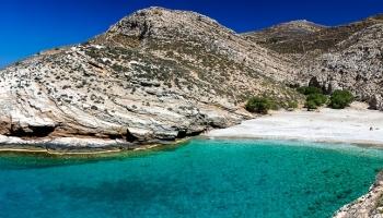 úžasný pohled na pláž Livadaki ze stezky k majáku