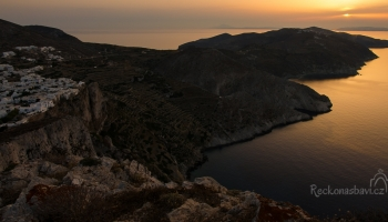 od kostelíku Aghia Panaghia lze sledovat nejkrásnější západy slunce...máme dnes bohužel smůlu a slunce končí v oparu :(