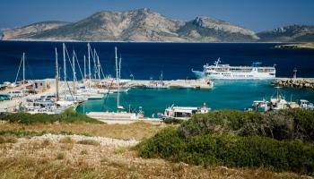nová jachtařská marina v Choře. Na pozadí ostrov Keros.