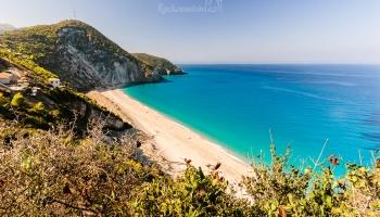 na pláž Milos se dostanete pohodovou cestičkou z rybářské vesničky Agios Nikitas ... jednoduše přes kopec :)