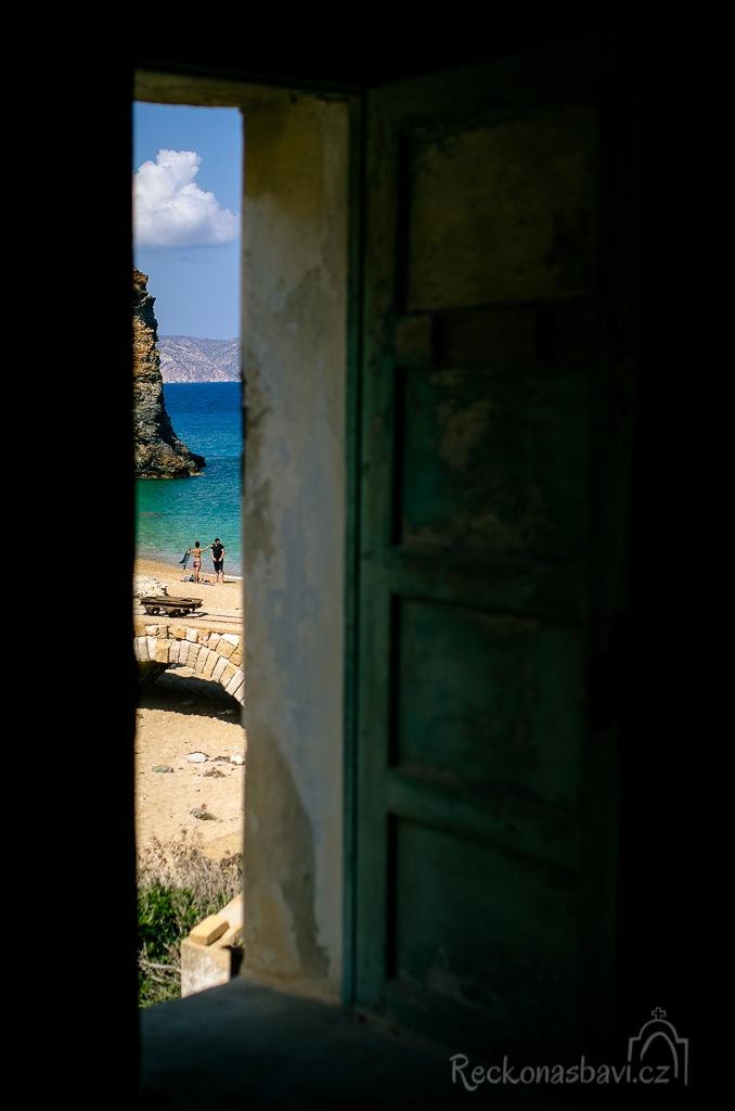 ...na pláž dorazili další dva turisti...holka je nadšená, že tam nikdo není, ale o mě s objektivem v zákrytu zatím neví :D ...