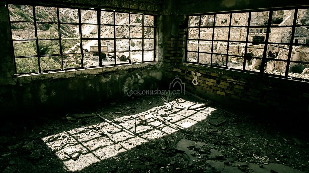 ...v ruinách administrativní budovy...