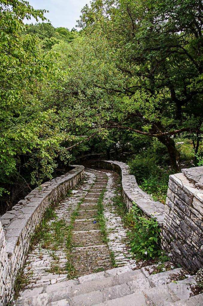 kamenná odbočka směřující dolů do kaňonu