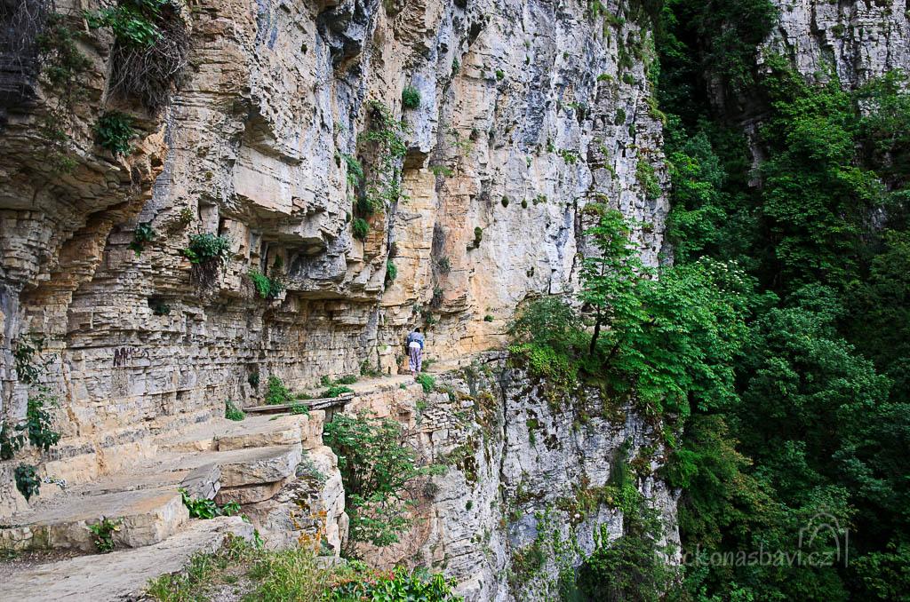 pokračujeme dál... když vejdete mezi kaštany, tak si za zarostlou zatáčkou všimnete skalních schodů, které stoupají vzhůru...