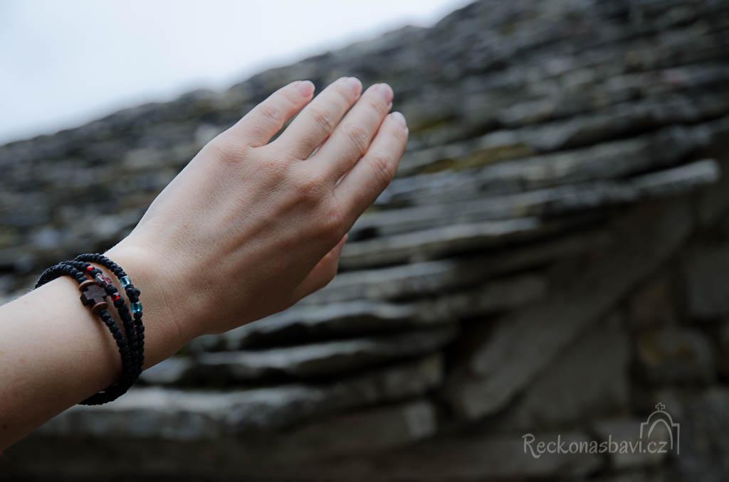 Kupujeme si náramky na ruku. Tentokrát máme dřevěný křížek a ten se k Zagorochorii hodí úplně nejvíc.