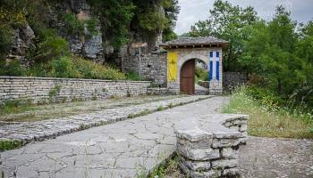 kamenná brána z 15. století