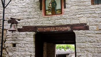 Klášter postavili kolem roku 1414 obyvatelé nedaleké vesnice Vitsa pod dohledem vévody Michaela Therianose. Legenda praví, že nechal klášter postavit jako poděkování za záchranu své dcery před nevyléčitelnou chorobou.