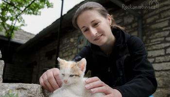 nedávno se tu narodila dvě malá koťátka a tak má Katka s Verčou o zábavu postaráno :)