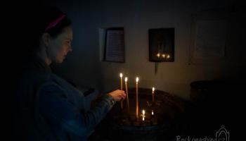 Já s Peťulí pokračuji do kaple, kde za nás zapaluji svíčky a přemýšlím nad letošní dobrodružnou cestou