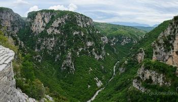 pohled od kláštera na majestátný kaňon Vikos a na jeho boční větev Mezaria (vlevo)