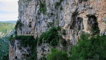 ... a pozorujete Vikos pod vámi od jeskyní poustevníků.