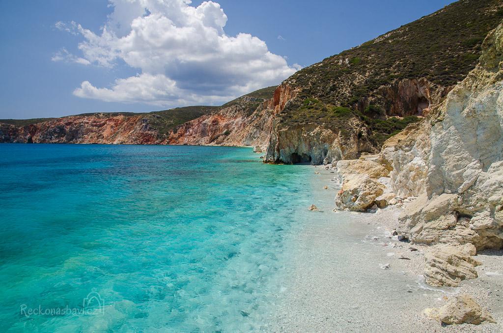 Až se dostaneme na vyvýšené místo, odkud konečně uvidím tu plážičku z internetu! Je opravdu krásná, ale má jednu vadu... Při přílivu tu skoro žádná pláž není vidět! Otáčíme to zpátky a jdeme hledat pláž Kastanas s červenými kameny.