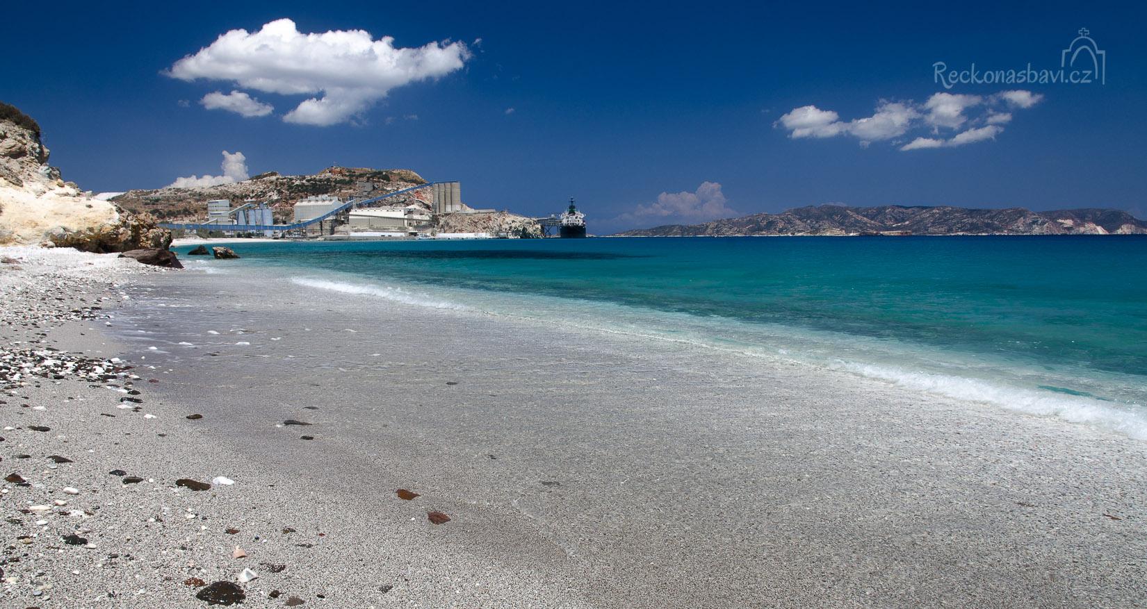 na začátku pláže Voudia je S&B zpracovatelský závod na perlit (v dáli na obzoru neobydlený ostrůvek Polyeghos)...