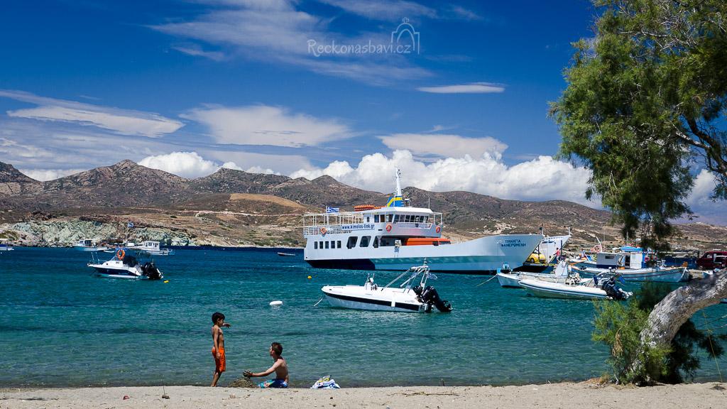 letovisko Pollonia - výhled z rybí taverny Armanaki na městskou plážičku. Přívoz Panaghia Faneromeni právě připlul z Kimososu.