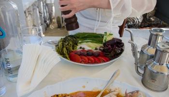 horší to měla Peťule, které jsem doporučil domácí salát Armanaki. Byly v něm syrové brambory, mořské řasy, neokrájený okurek... no... ač hodně milujeme vegetariánskou stravu, tohle byl sice osvěžující, ale hodně špatný výběr... chudák Peťula :D