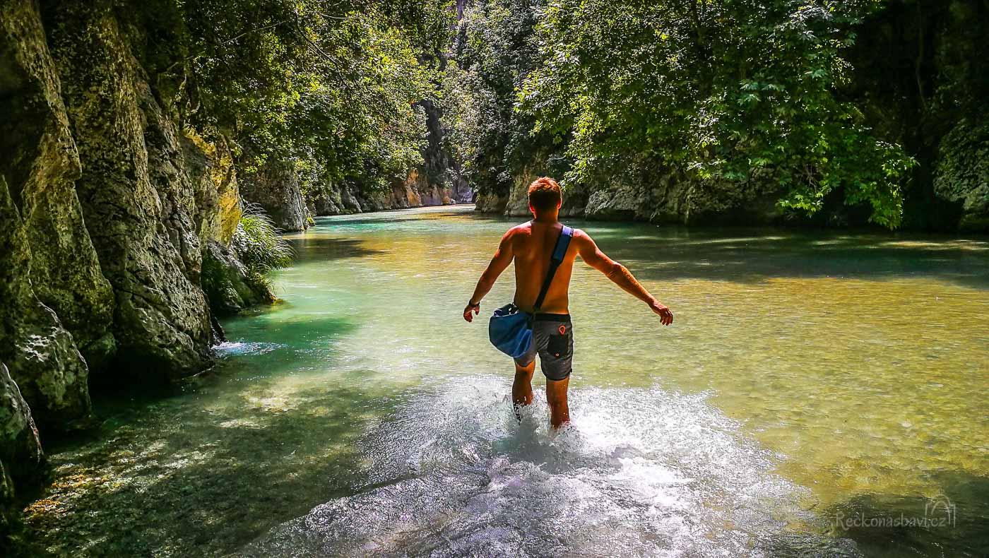 U brodu mezi severní stezkou a jižní Skala Tzavelenas začíná river trekking!