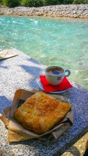 Ráno si dáváme snídani přímo u řeky. Zajel jsem do pekárny koupit něco dobrého a zrovna otevřeli i kavárnu u vody :)