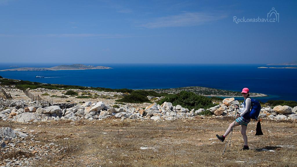 ... kocháme se pohledem na trajekt, který pluje na Kalymnos a vyrážíme na trek..