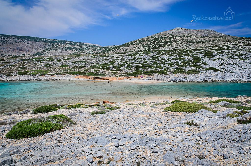 ... pohled z ostrůvku na obě pláže a kopeček Vigla... tady to vypadá, jako na lenošení u řeky, co? nene, voda byla slaná...