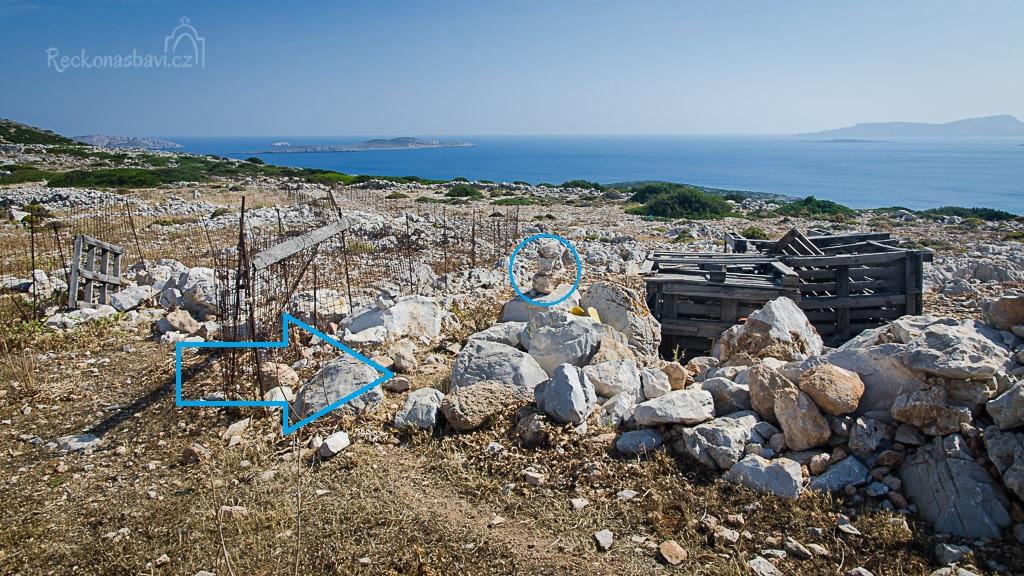 ... bohužel jsme to špatně střihli mezi dvěma ploty a až na zpáteční cestě jsme si všimli kamenného mužíka viz fotografie. Správná cesta k Aghios Fokas vede tedy vpravo...