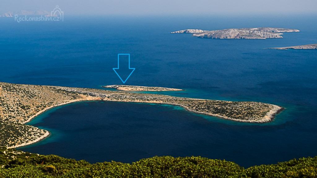 směr k ostrůvku s kaplí bychom měli, teď jen najít tu správnou cestičku :) Na obzoru jdou vidět ostrovy Kounoupi a Koutsomytis, kam se pořádají lodní výlety z Chory...