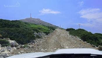 Stoupáme po šotolině k vrcholu Kastellanos...