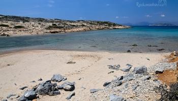 ... úžasný píseček, mělká voda a jako překvápko druhá pláž na ostrůvku! Tak tuhle nádheru máme dneska snad za odměnu nebo co......