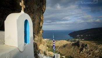 před vesnicí Lagada vyšplháme do skalní kaple Aghia Triada