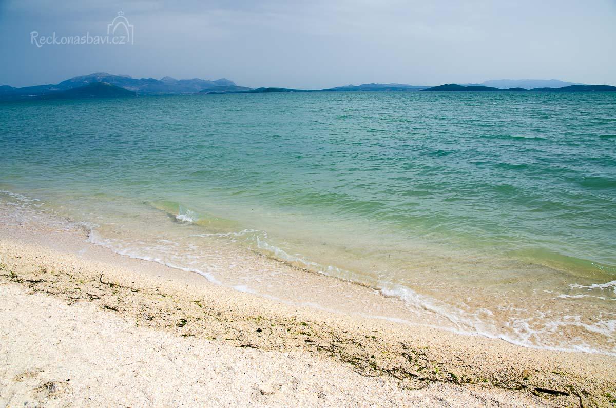 pláž Salaora (παραλία της Σαλαώρας) a výhled směrem k městu Preveza a ostrovu Lefkáda