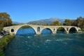 čtyřobloukový kamenný most (1612) přes řeku Arachtos (město Arta)