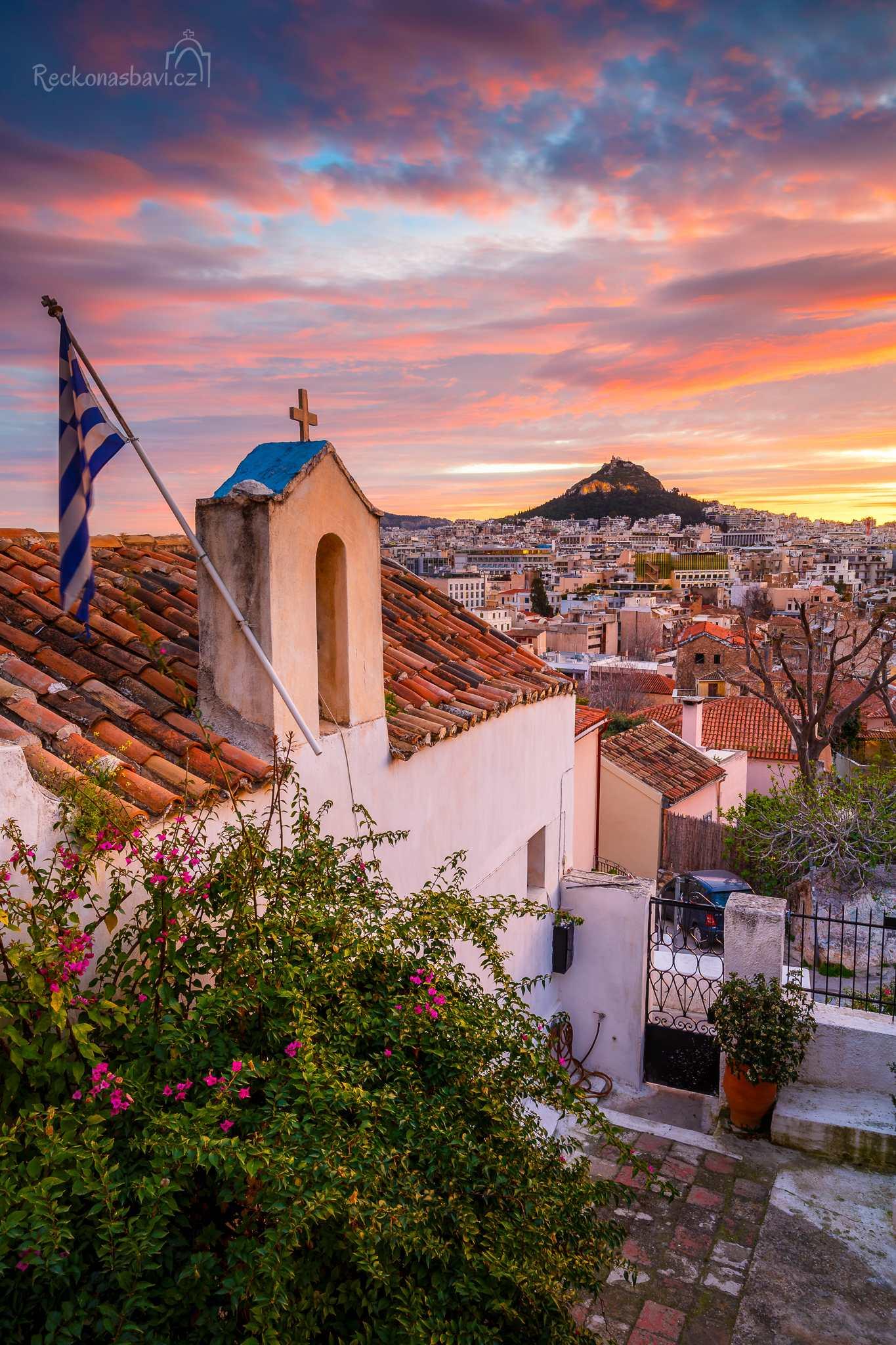 Kostel Aghios Georgios Stratonos s výhledem na Athény