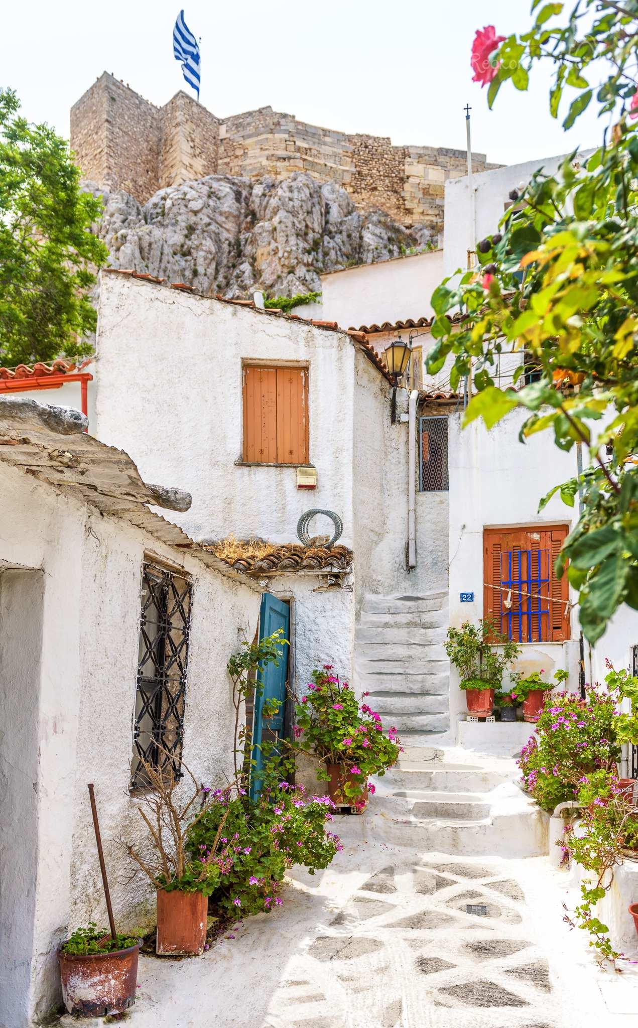 Čtvrť Anafiotika vyrůstala městskému plánu navzdory živelným a spontánním způsobem, se vzhledem domků typickým pro domovinu stavitelů, Kykladské ostrovy.
