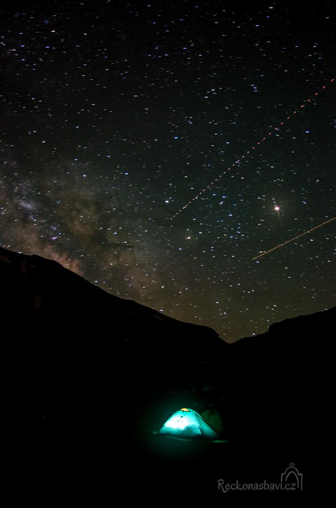 hvězdy padaly samy. Nene, to nejsou hvězdy, ale družice na oběžné dráze :)