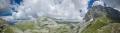 dechberoucí panorama. Z pravé strany vrcholy Astraka, Gamila, Ploskos a vlevo od něj jezero Drakolimni.