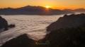 Fantastický východ slunce nad druhým nejvyšším vrcholem Řecka - horou Smolikas. Pod námi přírodní peřina nad údolím Aoos