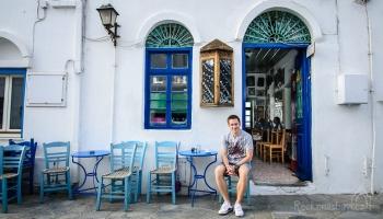 """Kafeneio """"Tou Mougou"""" je nejstarší kavárna na Dodekanésách a možná v celém Řecku. Pamatuje 150 let, v interiéru najdete stovky fotografií z historie ostrova a fotky od majitele Nikolase."""