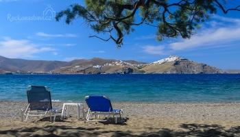 krásná pláž Aghios Konstantinos s výhledem na Choru