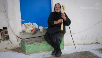 řecký reálný důchodce, který si musí přivydělávat... babička plete čepice a ponožky...
