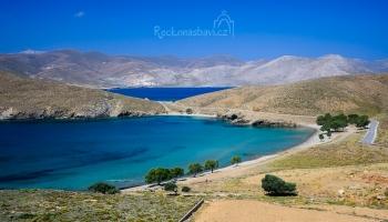 nejužší místo ostrova u písečné pláže Stenos
