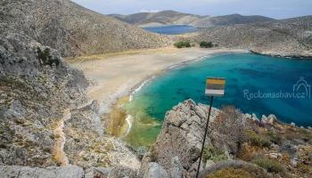 písečná pláž Pachia Ammos na SZ ostrova. Vede na ni 8 km stezka