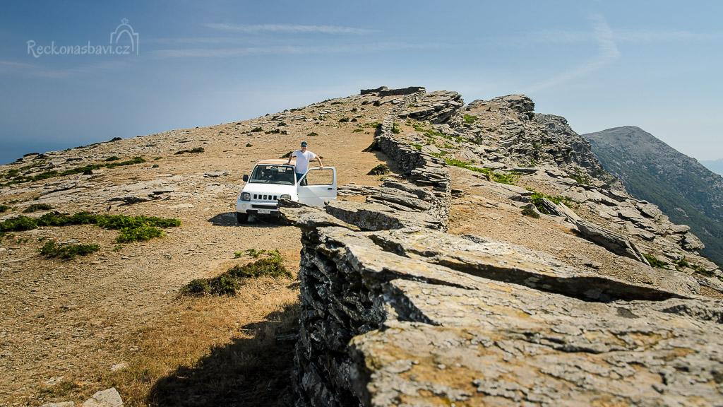 parkování na hřebenu u kamenných zdí