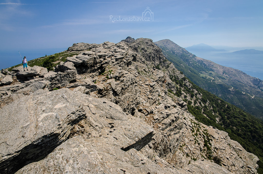 z dálky si myslíte, že koukáte na nejvyšší vrchol, ale zdání klame! :)