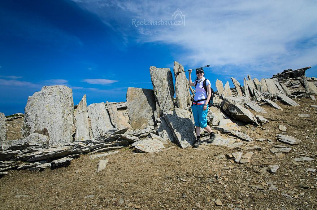 Kdo měl tenkrát tolik síly a odhodlání, aby zapíchal do země po celé délce hřebenovky ploché kameny ve tvaru obřích zubů?