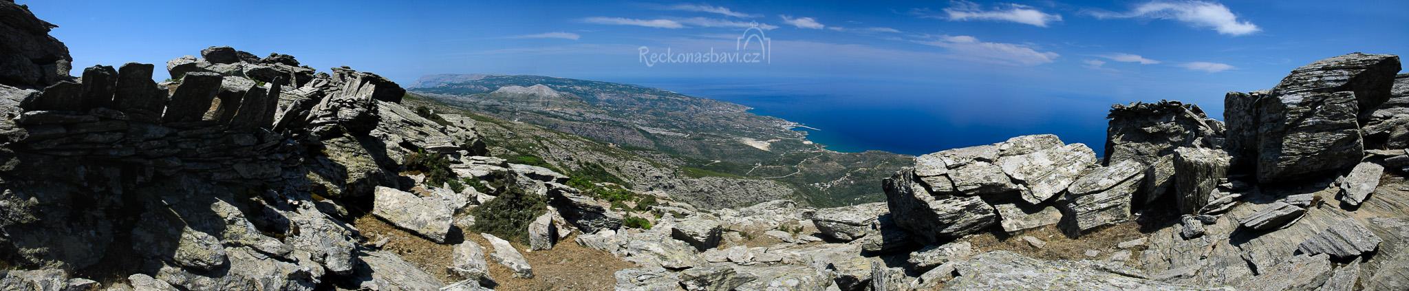 stín! to je čas na svačinu s výhledem na přístav Evdilos