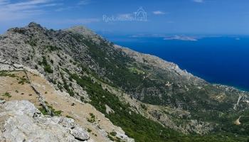 To jsou panoramata! Míříme na vrchol Tsolias (ten vlevo), vpravo nejvyšší hora Efanos. Za ní v dáli ostrovy Samos a Fourni. Na svazích v podhůří se výborně daří vinné révě.